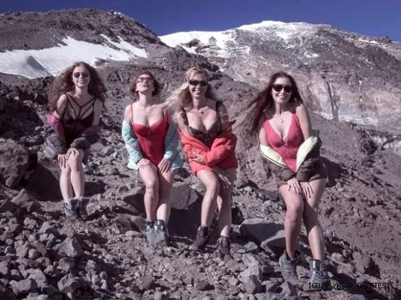 Ukraynalı Kadın Dağcılar, Türkiyenin  Çatısı Ağrı Dağı'nda Böyle Poz Verdiler